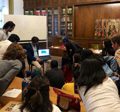 Lucas Montojo realizando una actividad con los alumnos