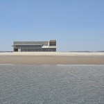 Biblioteca a la orilla del mar