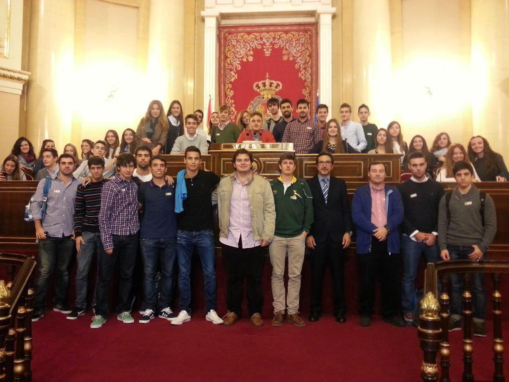 Estudiantes de derecho de la UCV junto a José María Chiquillo en su visita al Senado