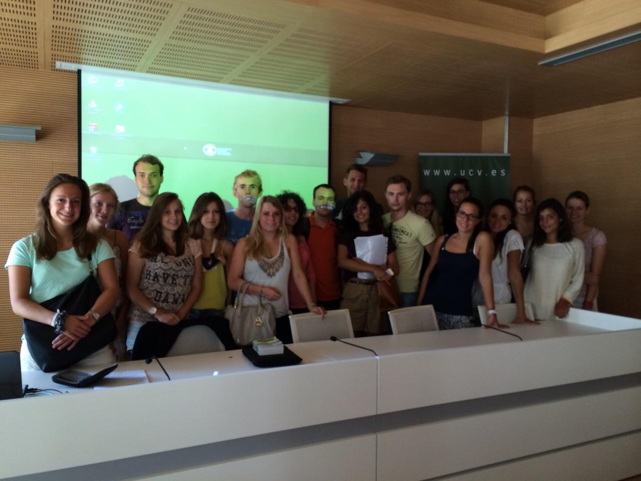Los estudiantes Erasmus de la Facultad de Derecho de la UCV posan en el salón de actos