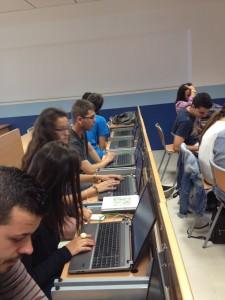 Trabajando en el aula TIC: Estudiantes realizando sus proyectos TIC