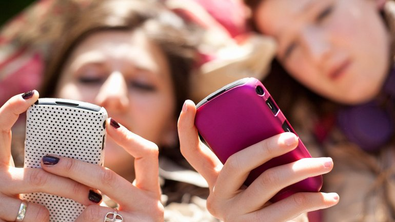 Adolescentes en una conversación de Whatsapp