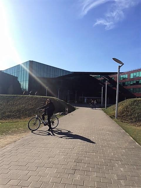 Imágenes del moderno campus de Brujas, el lugar ideal para ir a trabajar en bicicleta.