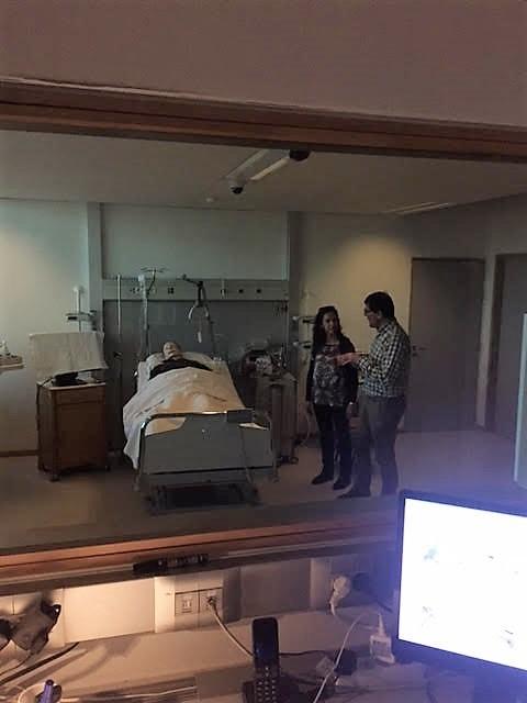 La Dra. Ferrer preparando un escenario de simulación para alumnos de Enfermería con uno de los instructores.