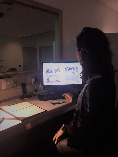 La Dra. Ferrer dirigiendo la simulación de los estudiantes desde el control.