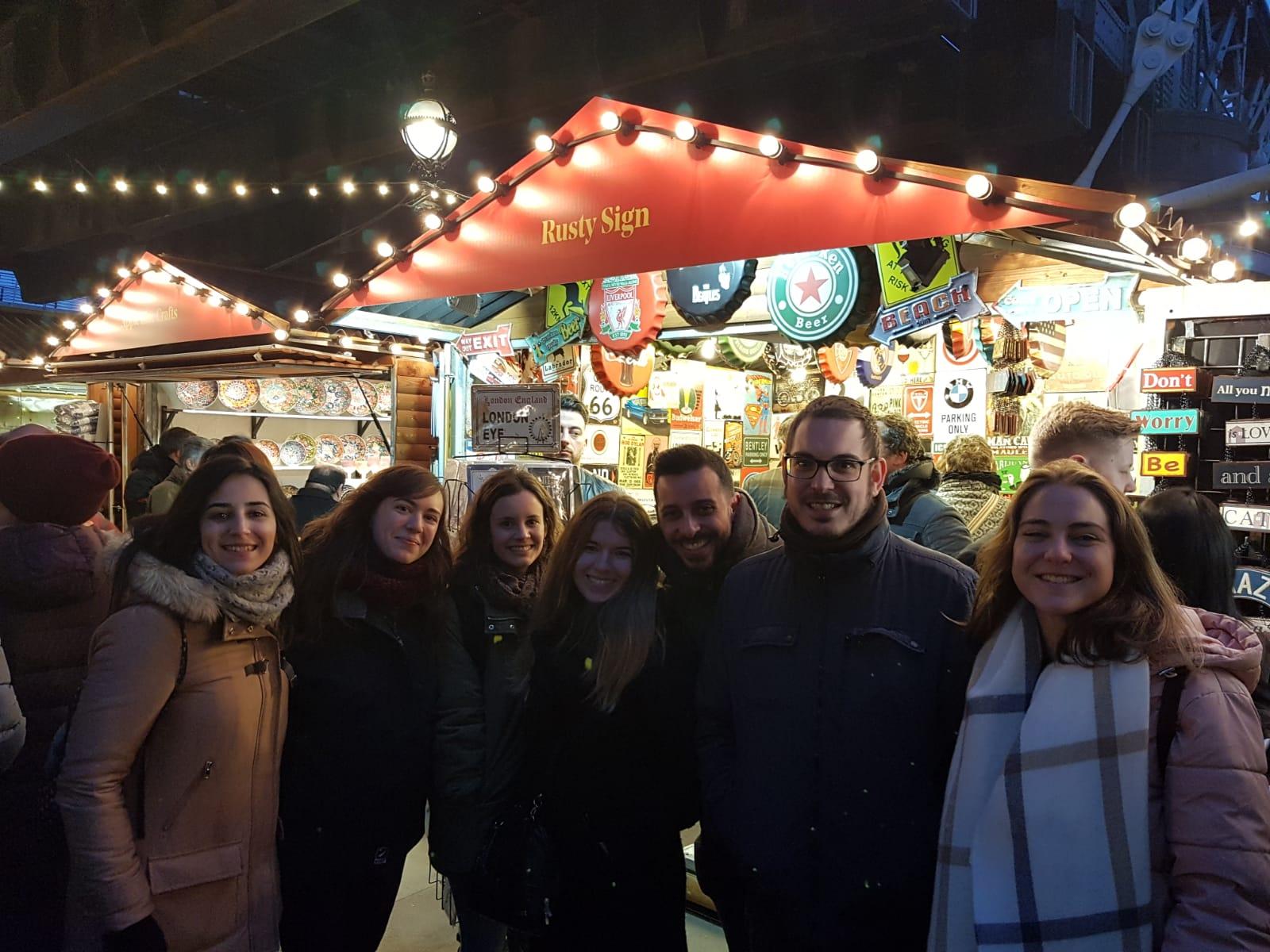Con antiguos compañeros y alumnas en mercado navideño