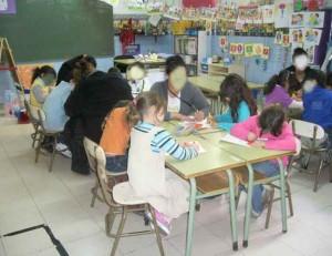 Grupo de niños en clase en el colegio donde se desarrolla el programa de logopedia y deprivación