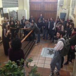 Los estudiantes en el vestíbulo de la Domus