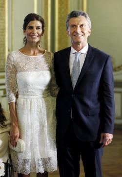 Nuevo Presidente en Argentina Mauricio Macri Argentina's President Mauricio Macri poses with wife Juliana Awada in Buenos Aires, December 10, 2015. REUTERS/Martin AcostaCODE: X02600