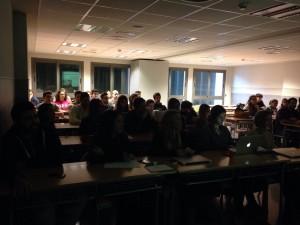Alumnos escuchando la conferencia sobre Aplicaciones Clínicas