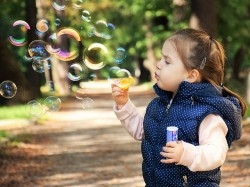 niña burbujas