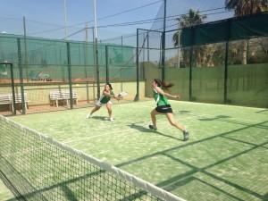 Lucía Olmedo y Alba Sola disputando un punto.