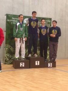 Anselmo Tudela en el segundo escalón del podio junto con deportistas de la UPV