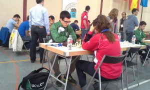 Víctor Alegre enfrentándose  a su rival de la Universidad de Sevilla