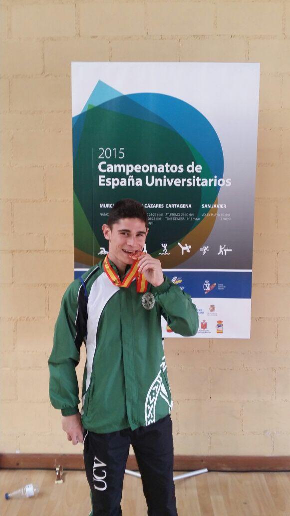 David celebrando la medalla de bronce