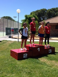 Paula Mocete en el podio con la medalla de plata.