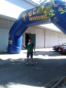 Sergio Villanueva en la entrada del pabellón donde se realizaba el campeonato.