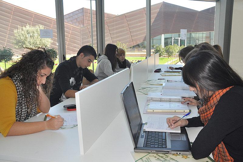 Alumnos en la sala de estudio de la UCV