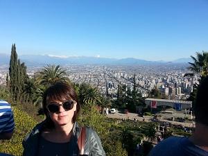 Aquí podemos ver a Xeli de espaldas a Santiago de Chile