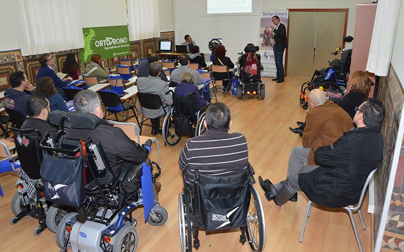 Imagen de una reunión con discapacitados y los estudiantes de Terapia Ocupacional de la Universidad Católica de Valencia