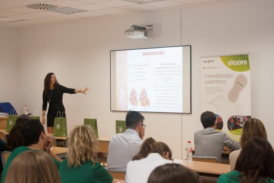 Profesora explicando en el Curso de aproximación teórico-práctica al paciente cardiópata