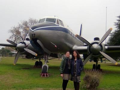 María y Laura Lara posando frente a una aeronave del Ejército del Aire