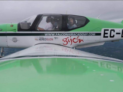 María y Laura Lara en la aeronave