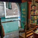 Librería en un canal de Venecia