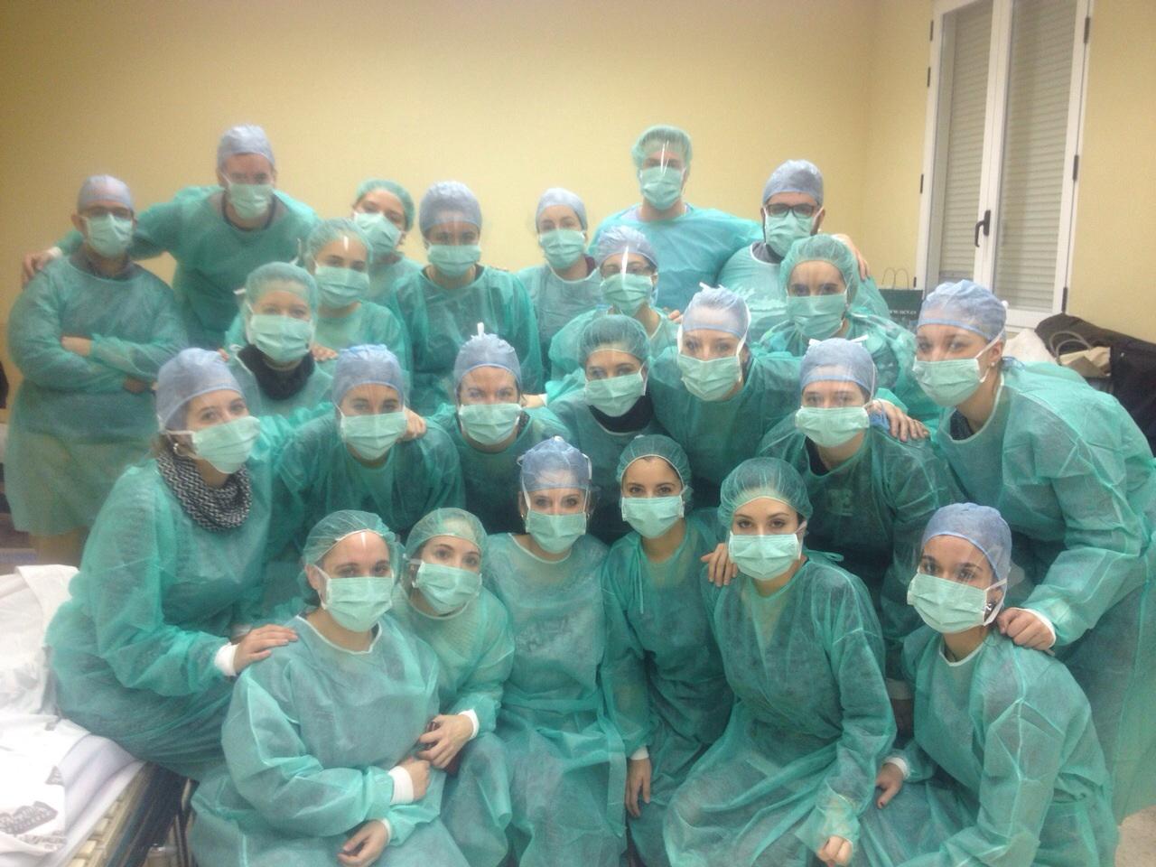 Los alumnos de enfermeria de la Universidad Católica de Valencia aprenden con los talleres prácticos en los cuidados del adulto