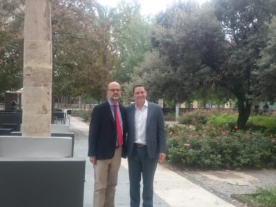 Dr. Vidal y Dr. Alveiro frente a la sede de San Carlos