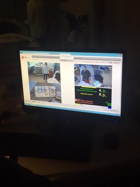 Imágenes de la sala de control de los estudiantes en la simulación.