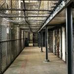 ¿Cuál es el impacto en la reincidencia juvenil de las medidas penales juveniles de internamiento en centro frente a las medidas en medio abierto?