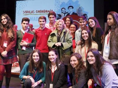 Jóvenes asistentes al encuentro junto a la alcaldesa de Madrid, Manuela Carmena