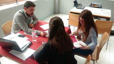 Imagen de orientador y alumnos en el III Foro de Empleo